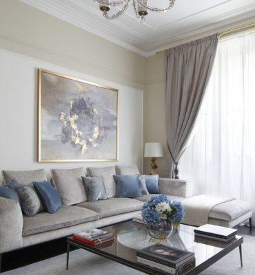 картина на холсте на диваном